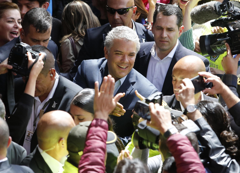 Ivan Duque e seus partidários em Bogotá neste domingo (17).