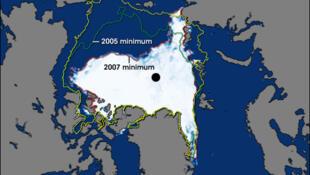 Diện tích băng Bắc Cực suy giảm mạnh trong hơn 20 năm qua. Trong ảnh là bản đồ so sánh diện tích bề mặt băng Bắc cực trong giai đoạn 1979-2000, và hai năm 2005, 2007.