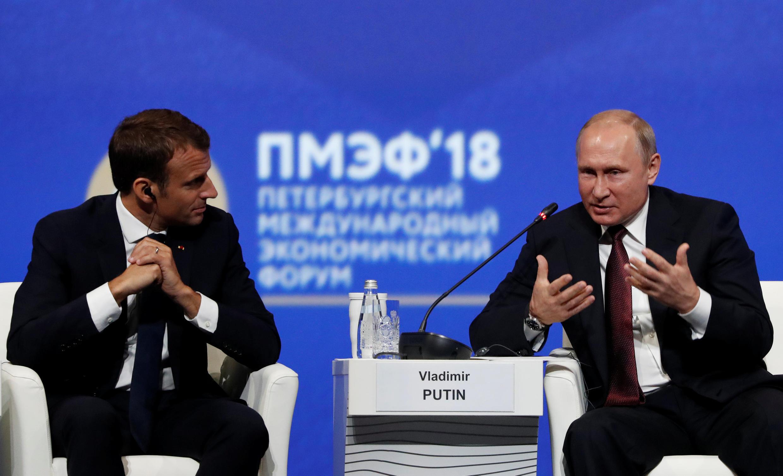 Президенты Эмманюэль Макрон (слева) и Владимир Путин на ПМЭФ. 24 мая 2018 г.