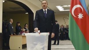 Ильхам Алиев голосует на избирательном участке в Баку. 1 ноября 2015