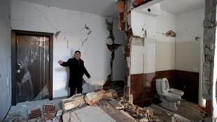 Avni Hoxha, 73 ans, un habitant de Durrës constate les dégâts dans sa maison, le 2 décembre 2019, après le tremblement de terre qui a secoué l'Albanie.