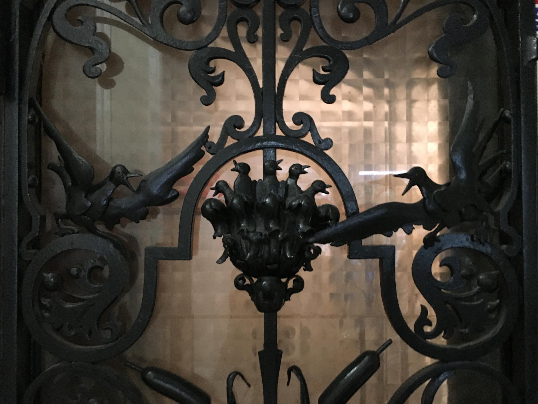 Décor d'une des deux portes en fer forgé.
