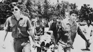 L'un des 104 otages retenus pendant une semaine sur l'aéroport ougandais d'Entebbe, est transporté sur une civière par des militaires israéliens à son arrivée à Tel-Aviv le 07 juillet 1976 à Tel Aviv.