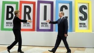 Tổng thống Nga Vladimir Putin (P)  và đồng nhiệm Brazil Dilma Rousseff  hồi tháng 07/2015 tại thượng đỉnh nhóm BRICS.