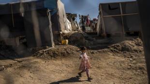 Una niña camina entre las precarias tiendas de campaña del campo de refugiados de Samos, el 1 de noviembre de 2020 en esa isla griega