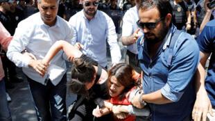 Arrestations lors d'une manifestation contre la détention de deux enseignants en gèvre de la faim à Ankara, le 16 juin 2017.