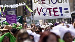 Marche du suffrage féminin à travers le centre de Londres, à l'occasion des 100 ans de la loi de 1918 sur la représentation du peuple, le 10 juin 2018.