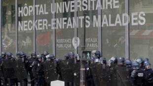 Polícia protege fachada do hospital Necker em Paris