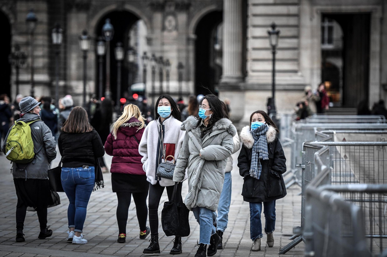 Conséquence du coronavirus, certaines enseignes à Paris accusent une baisse de la fréquentation de 30 %.