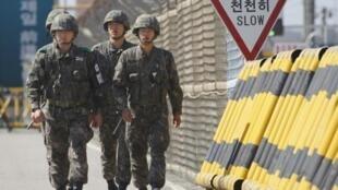 Soldados sul-coreanos patrulham a região do complexo industrial de Kaesong, nesta segunda-feira.