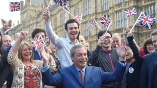 Nigel Farage, líder do Partido para a independência do Reino Unido (UKIP), festeja a aprovação do Brexit em referendo a 24 de Junho de 2016.