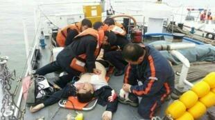 As equipes de resgate tentam salvar uma das vítimas do naufrágio.