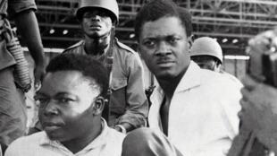 Patrice Lumumba (d) en décembre 1960. Il était alors Premier ministre du Congo-Kinshasa. A ses côtés, le vice président du Sénat Joseph Okito (g). Patrice Lumumba sera assassiné avec 2 de ses proches, Joseph Okito et  Maurice Mpolo, le 17 janvier 1961. .