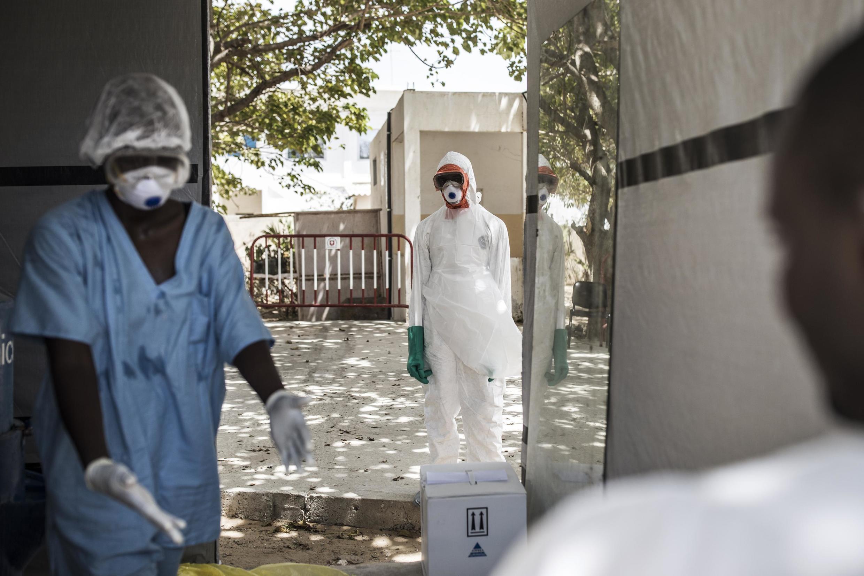 Désinfection dans la zone des malades du Covid-19 à l'hôpital de Fann, à Dakar, le 1er avril 2020.