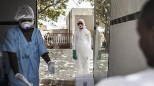 Désinfection dans la zone des malades de Covid-19 à l'hôpital de Fann, à Dakar, le 1er avril 2020.
