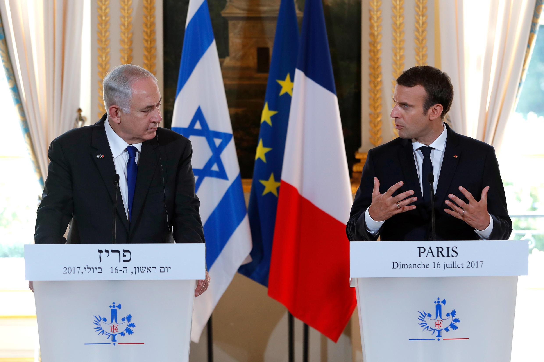 លោកនាយករដ្ឋមន្រ្តីអ៊ីស្រាអែល Benyamin Netanyahu (រូបឆ្វេង) និងលោកប្រធានាធិបតីបារាំង Emmanuel Macron lors ក្នុងសន្និសីទកាសែតរួមនៅវិមានអេលីហ្សេ ថ្ងៃទី១៦ កក្កដា ២០១៧