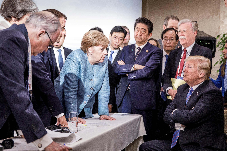 Nữ thủ tướng Đức Angela Merkel đối thoại với tổng thống Mỹ Donald Trump (P) trong ngày thứ hai hội nghị G7 ở La Malbaie, ngày 9/6/2018.