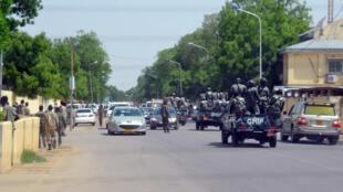 La police patrouille dans une rue de Ndjamena en juin 2015.
