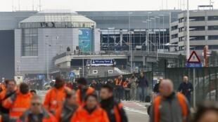布鲁塞尔机场发生恐怖爆炸乘客被紧急疏散