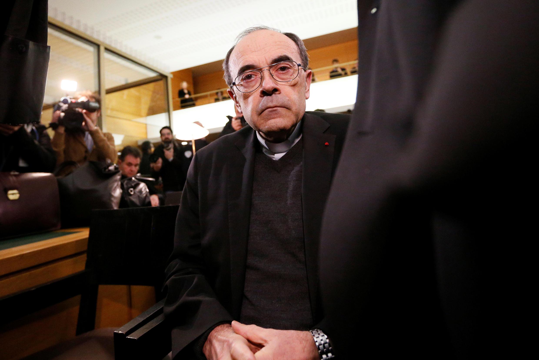 """Philippe Barbarin  اسقف اعظم شهر """"لیوُن""""، روز دوشنبه ١٧ دی/ ٧ ژانویه ٢٠۱٩ به اتهام عدم افشای رسوایی آزارهای جنسی کودکان توسط اعضای کلیسا، برای محاکمه در دادگاه این شهر حضور یافت."""