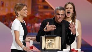 Abdellatif Kechiche com as atrizes Léa Seydoux (esquerda) e Adèle Exarchopoulos durante a entrega da Palma de Ouro no Festival de Cannes.