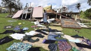 Les rescapés du cyclone Pam font sécher leurs affaires au soleil.