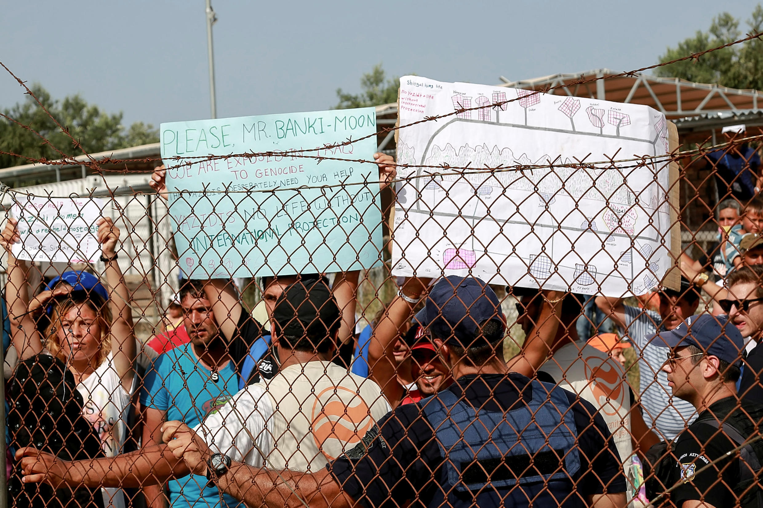 Les réfugiés appellent Ban Ki-moon à l'aide, dans le camp de Kara Tepe, dans l'île de Lesbos, en Grèce, lors de la visite du secrétaire général des Nations unies, le 18 juin 2016.