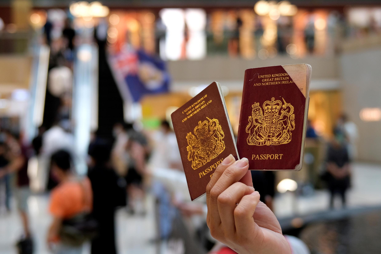 6月1日,香港,一些示威者手持英國海外(BNO)護照抗議港版國安法。
