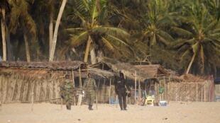 نظامیان ساحل عاج در ساحل «بَسَم بزرگ»، محل حملۀ روز یکشنبه ۱۳ مارس ۲۰۱۶، در حال گشت هستند