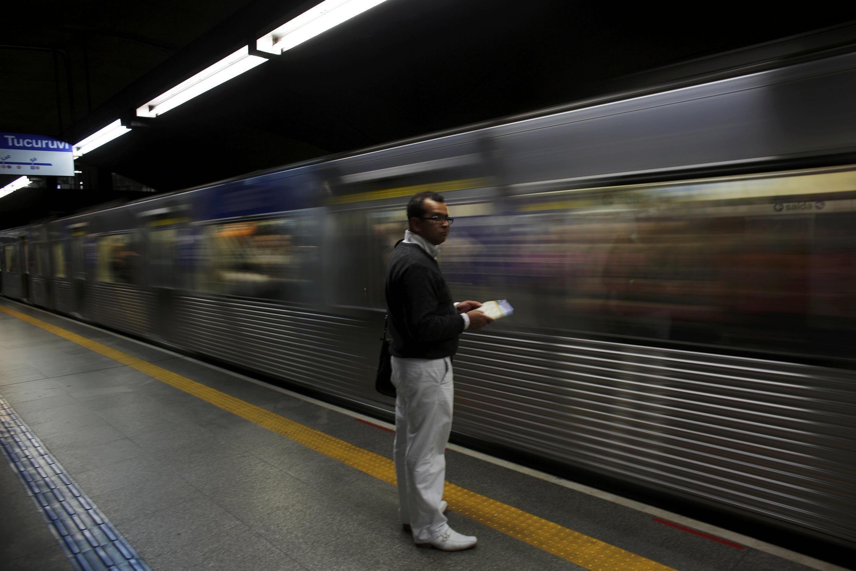 Passageiro em estação de metrô em São Paulo.