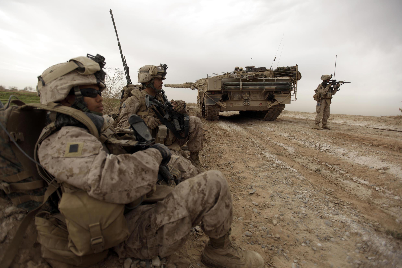 Marines de EEUU patrullan en Afganistán en febrero de 2010
