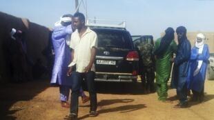 Các binh sĩ thuộc MINUSMA của Liên Hiệp Quốc xem xét chiếc xe được cho là chở hai nhà báo RFI bị giết hại, ngoại ô Kidal, 02/11/2013