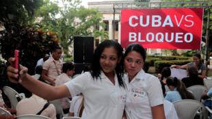 Estudantes cubanas em mobilização da Universidade de Havana contra o embargo ao país nesta quarta-feira (26).
