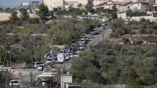 Les forces de sécurité et les secours israéliens à l'entrée de la colonie d'Har Adar en Cisjordanie, ce mardi 26 septembre 2017: un Palestinien a ouvert le feu sur des militaires et des gardes privés, causant trois morts.