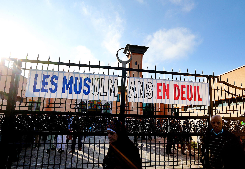 «Мусульмане в трауре», надпись на воротах мечети в Реймсе через несколько дней после парижских терактов 13 ноября