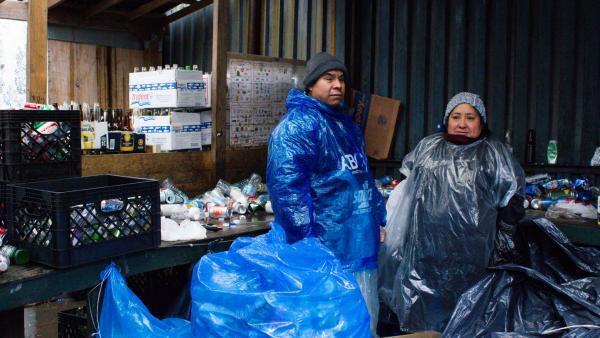 Pedro Romero et sa femme Josefa Marin, originaires du Mexique, gagnent leur vie en collectant des bouteilles et canettes dans les rues de New York.