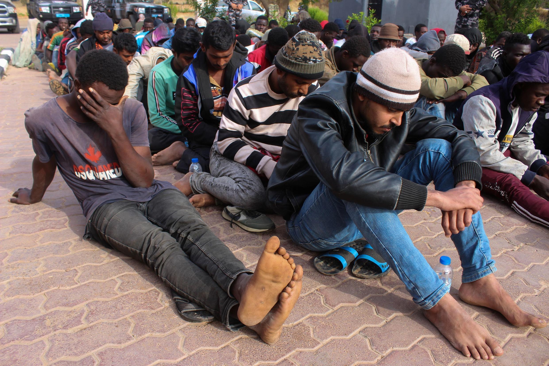 Des migrants interceptés à Khoms, en Libye, alors qu'ils s'apprêtaient à partir vers l'Europe, le 30 mai 2020.
