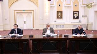 محمد یوسف غضنفر (وسط)، نماینده فوقالعاده رییس جمهوری افغانستان به دلیل ابتلا به بیماری کووید۱۹ درگذشت.