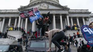 Seguidores del presidente saliente Donald Trump protestan frente al Capitolio el 6 de enero de 2021 en Washington, Estados Unidos
