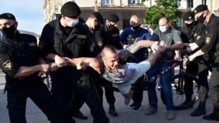 Un partisan de l'opposition au président biélorusse est arrêté lors d'une manifestation à Minsk, le 19 juin 2020.