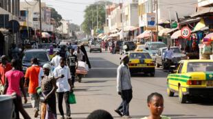 Après l'effervescence du scrutin et de la fête qui a suivi l'élection d'Adama Barrow, les rues des villes de Gambie ont retrouvé leur calme, comme ici à Serekunda.