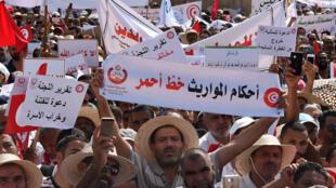 Des milliers de Tunisiens ont manifesté, samedi 11 août, contre de possibles réformes sociétales, auxquelles des groupes conservateurs musulmans sont opposés.