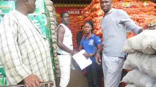 A returnee learns about the vegetable retail business in Senegal.