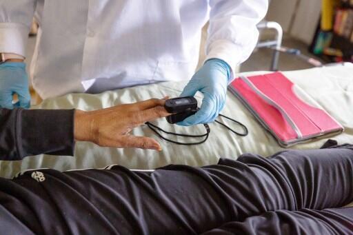 (Imagen de ilustración) Una enfermera atiende a un paciente que se está recuperando de la Covid-19 en Baltimore, Estados Unidos. Mayo de 2020.