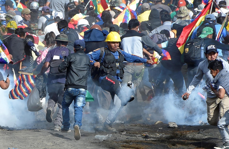 玻利维亚支持前总统莫拉莱斯的可可农与警方冲突2019年11月15日