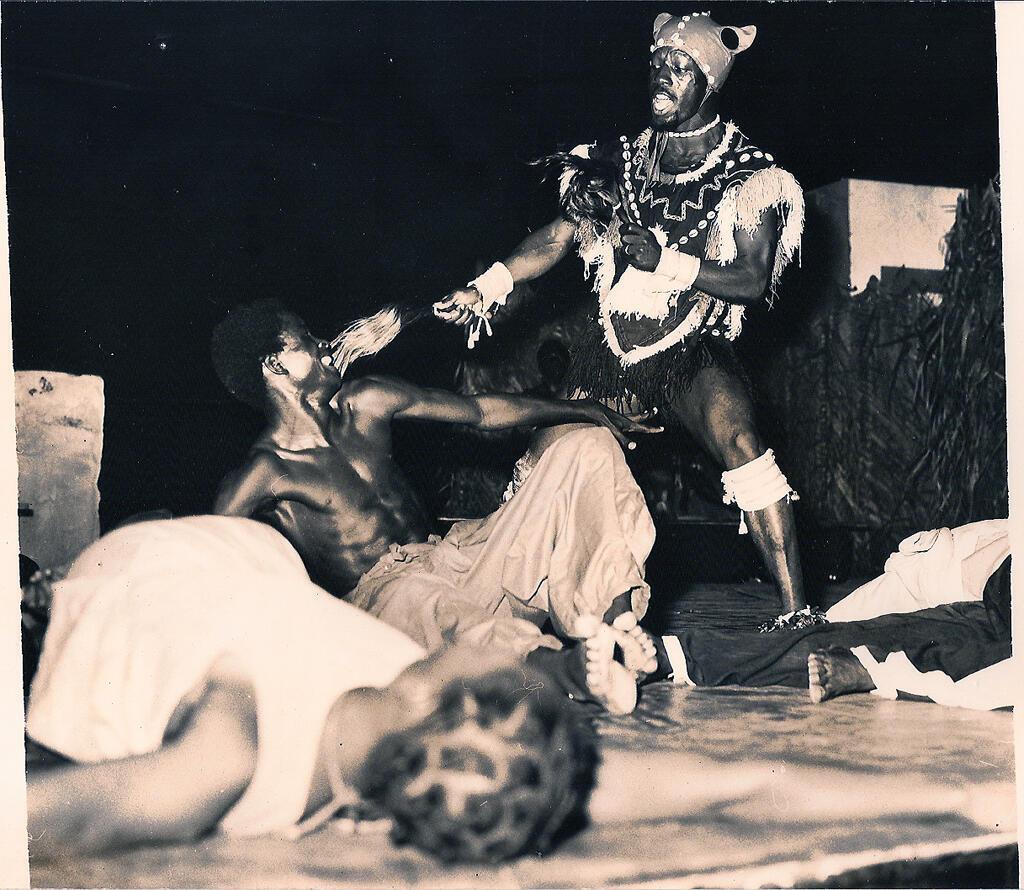 Souleymane Koly sur scène en 1974, l'année de la fondation du Kotéba d'Abidjan.