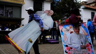 Un hombre lleva una imagen del papa Francisco cerca de la plaza Bolívar en Bogotá, Colombia, el 4 de septiembre de 2017.