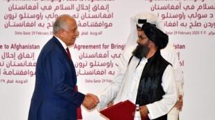 (ARCHIVO) El representante especial de Estados Unidos para la reconciliación de Afganistán, Zalmay Khalilzad, y el cofundador de los talibanes, Mullah Abdul Ghani Baradar, se dan la mano después de firmar un acuerdo de paz durante una ceremonia en la capital de Catar, Doha, el 29 de febrero de 2020