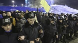 Regroupement de manifestants derrière un cordon de police, le 5 mars 2014, à Donetsk.