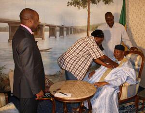"""Amadou Toumani Touré se prépare pour l'entretien avec Alain Foka, l'animateur de l'émission """"Médias d'Afrique"""" de RFI."""